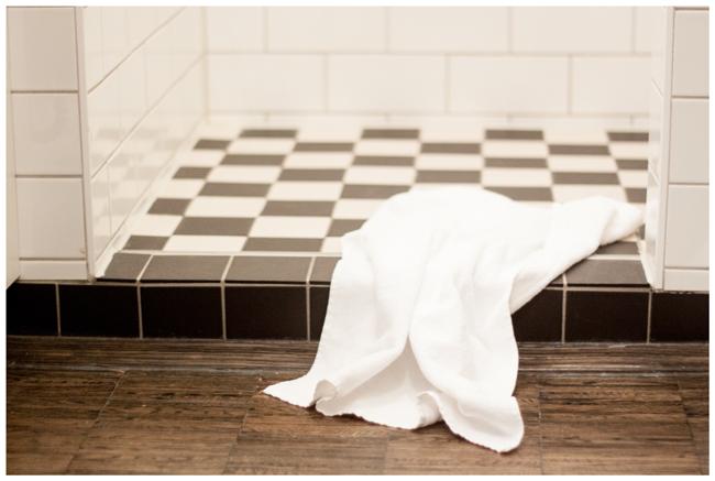 Henrihotel-Bad-Dusche-schwarz-weiß-