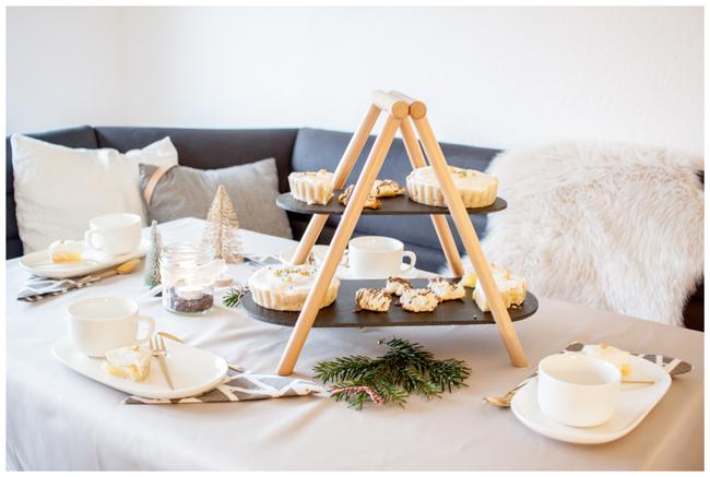 weihnachtlich-gedeckter-tisch-mit-zitronentoertchen