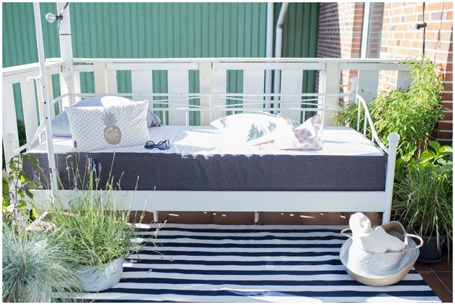 Outdoorbett Metallbett auf dem Balkon mit Brunobettmatratze für mehr Gemütlichkeit