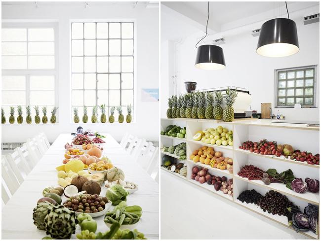 Obst und Gemüse nach Farben sortiert auf einer langen weißen Tafel im Loft