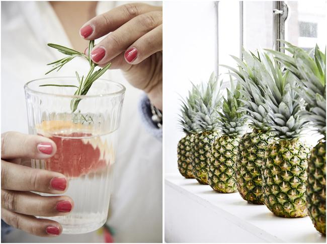 Infused Water mit Rosmarin und Graipfruit Ananas in einer Reihe auf der Fensterbank