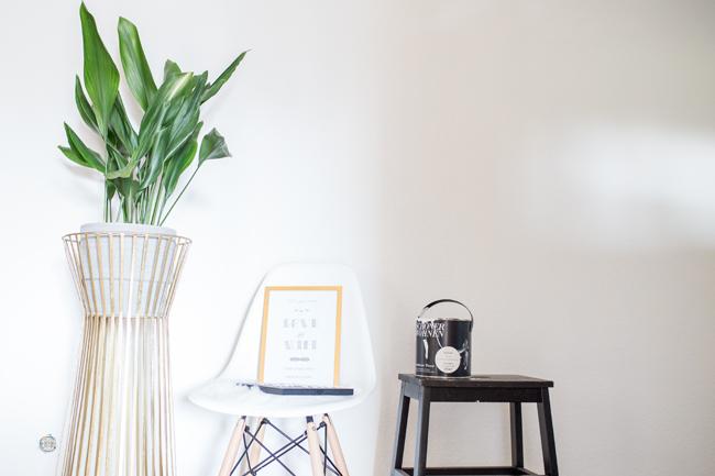 Wandfarbe Gàrcia davor Pflanzenständer in Gold mit Grünpflanze