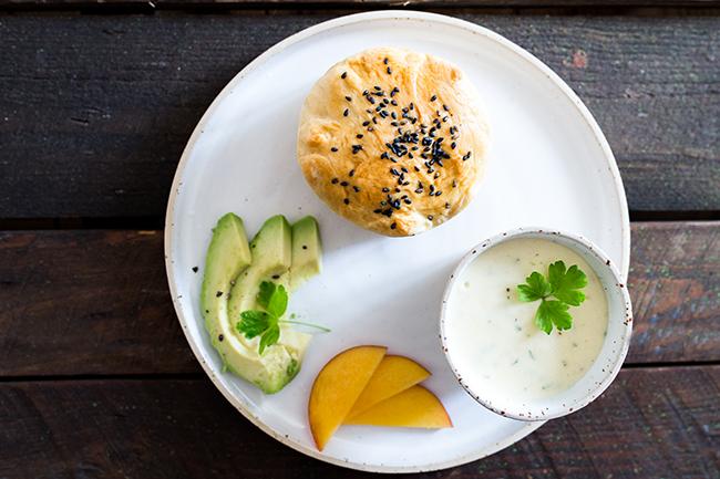 Brioche Burgerbrötchen mit den Burgerzutaten Avocado, Nektarine und Parmesansauce