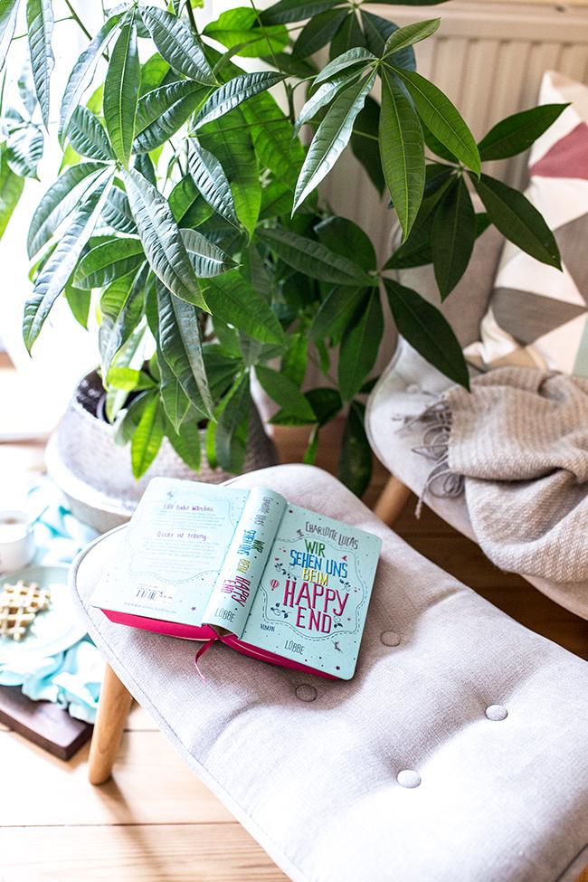 Gemütliche Lesezeit im Sessel mit dem Buch Wir Sehen Uns Beim Happy End