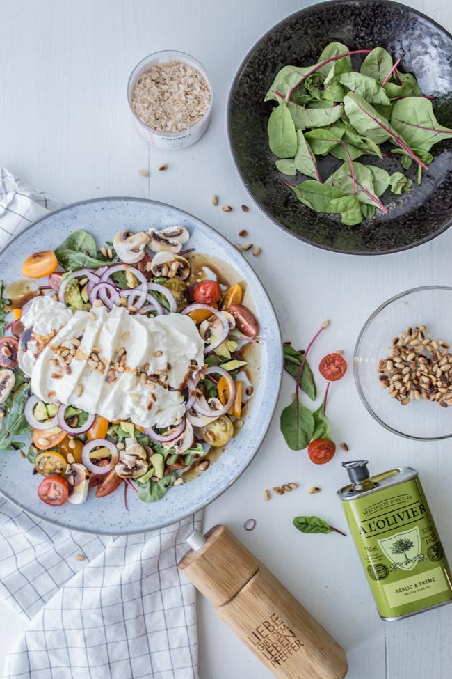Sommersalat mit Blattsalatmix, Burrata & Pinienkernen