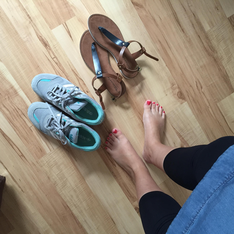 Sneaker und Sandalen