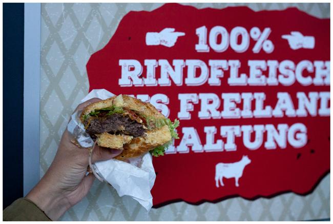 angebissener Burger mit Rindfleisch