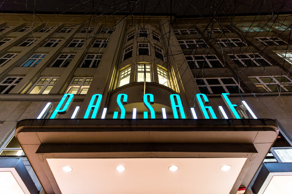 Passage Kino Leuchtschrift