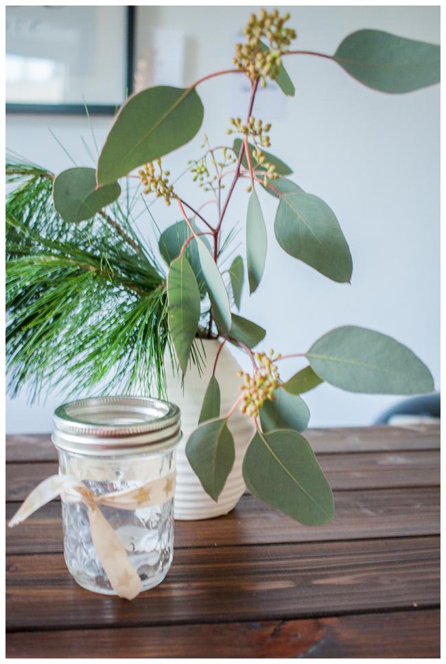 Eukalyptus und Fichte in der Vase mit weihnachtlichem Mason Ball Glas