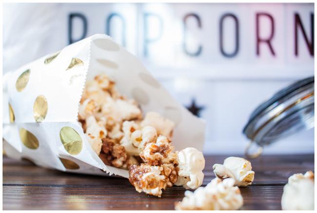 Weihnachtliches Popcorn mit Spekulatius Karamellisiertes Popcorn in weißer Tüte mit goldenen Punkten