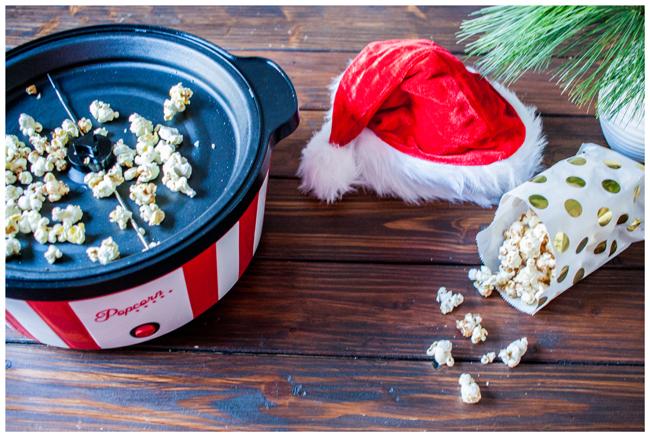 Benutze Popcornmaschine mit Weihnachtsmütze