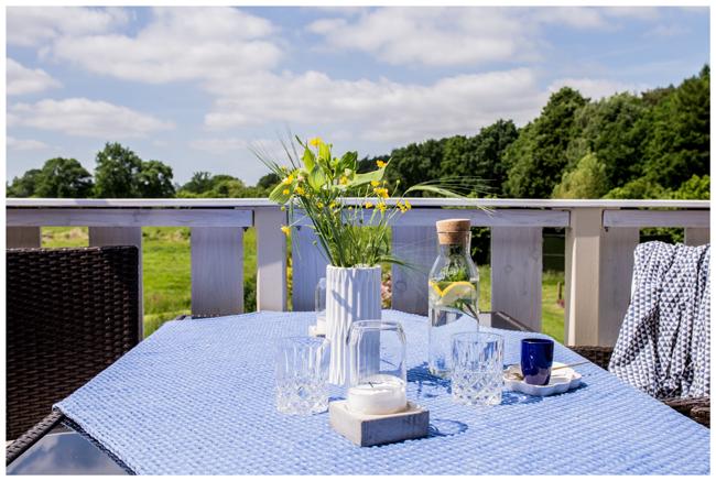 Gedeckter-Tisch-blau