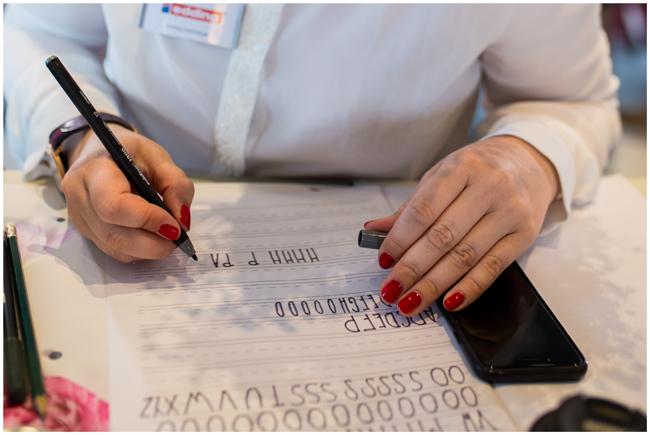 Handlettering mit Edding Brushpen und Rote Fingernägel