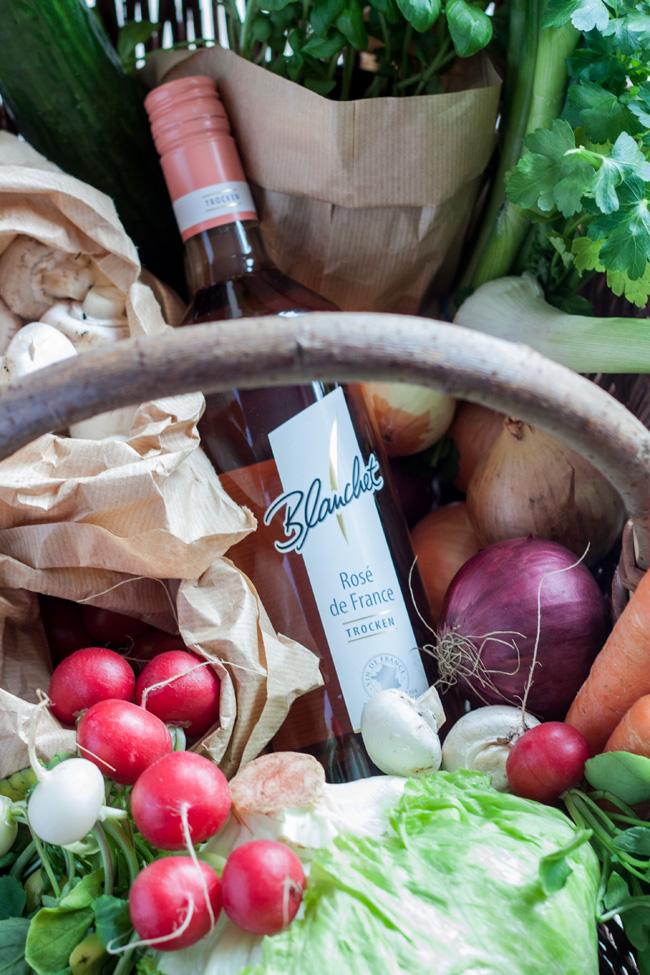 Gemüsekorb vom Markt und Blanchet Roséwein