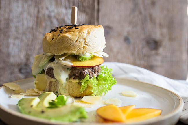 Burgerliebe, leckerer Caeserburger mit avocado und nektarine