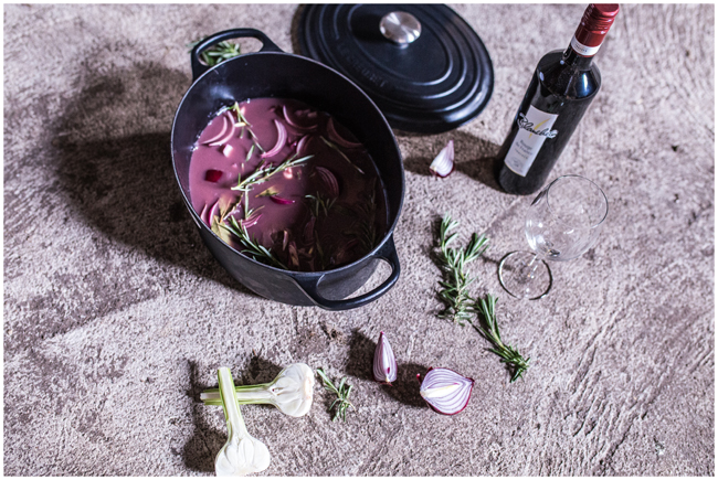 Eingelegter Rehrücken in Rotwein mit Zwiebeln und Knoblauch