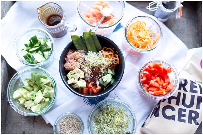 Foodtrend Poké Bowl auch Sushibowl genannt mit vielen frischen Zutaten