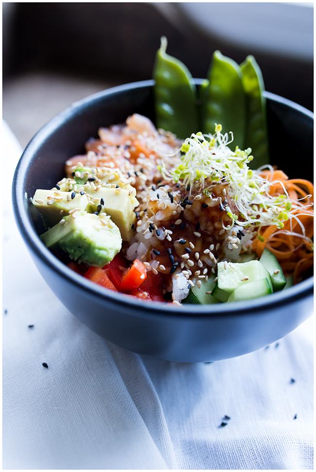 Poké Bowl mit Kaiserschoten, Lachs, Karotten , Avocado , Sesam, Sporssen und vielem mehr