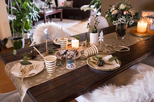 gedeckte Kaffeetafel zu Weihnachten
