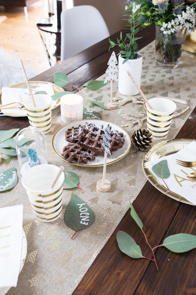 Tischdekoration Weihnachten in gold und grün mit frischem Eukalyptus
