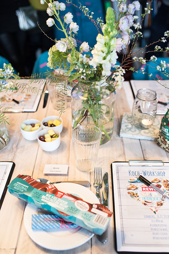 dubistzucker gedeckter Tisch und Frühlingsblumen