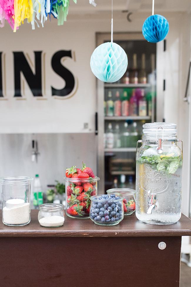 Wasserspender an der Bar - Früchte & Beeren um Getränke zu pimpen