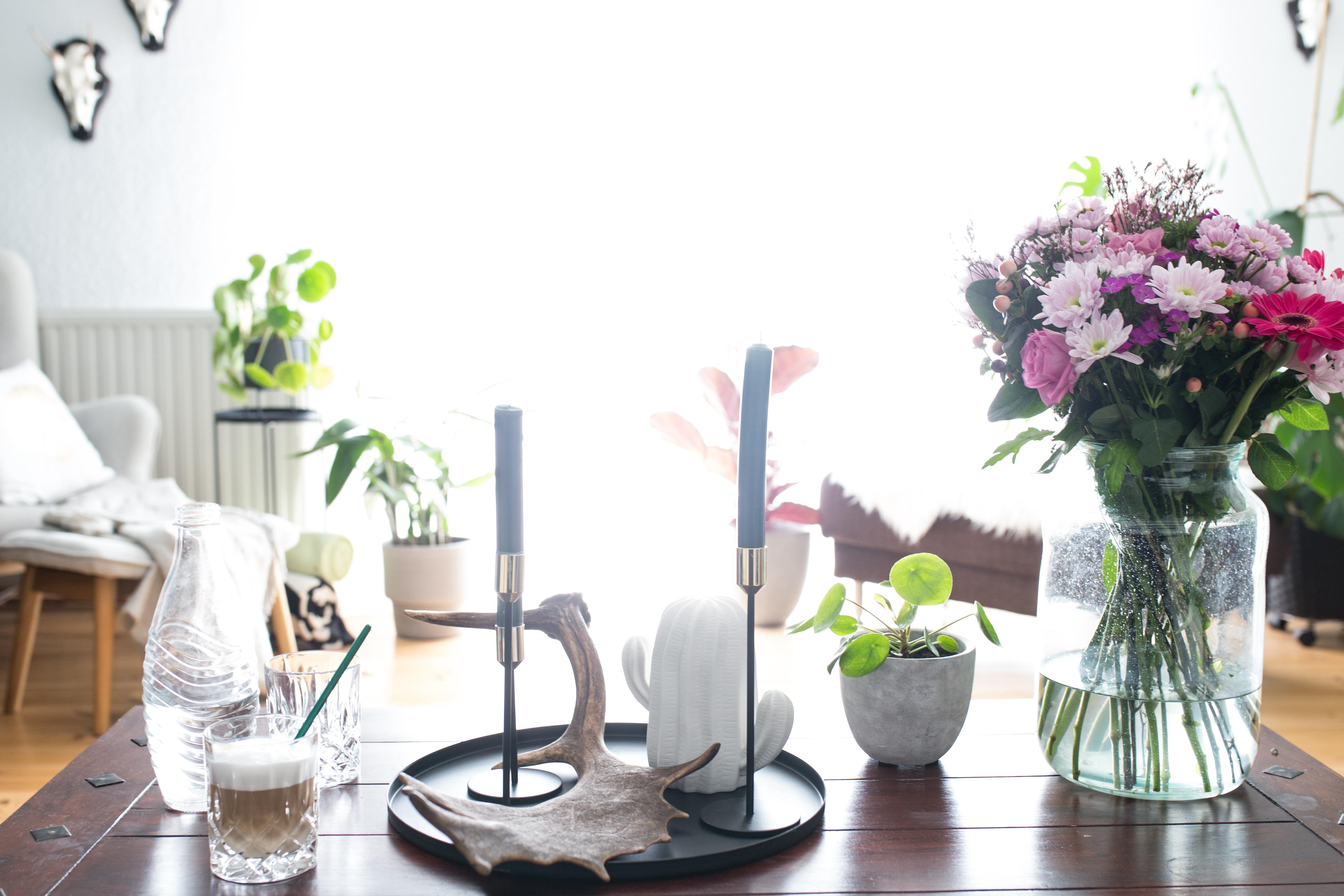 Cochtischdekoration Abwurfstange Damwild Blumen & Kaffee
