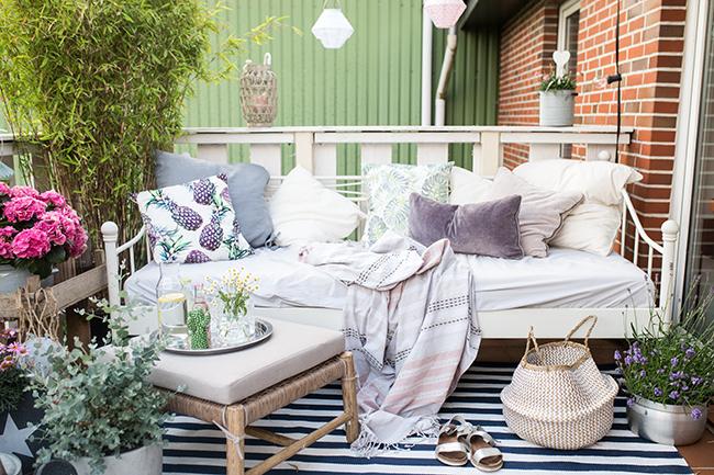 Sommer Balkon Tagesbett mit Lounge Hocker auf dem Balkon