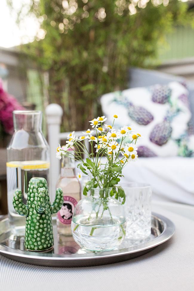 Lounge Hocker als Tisch mit Tablett