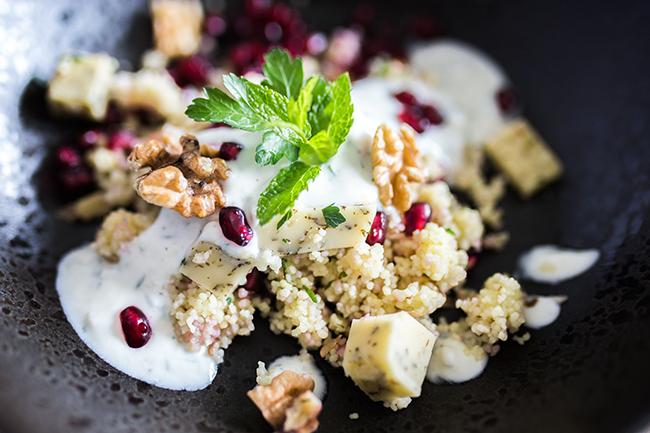 CousCous, Granatapfelkerne und Minzkäse dazu Joghurtdip mit Knoblauch