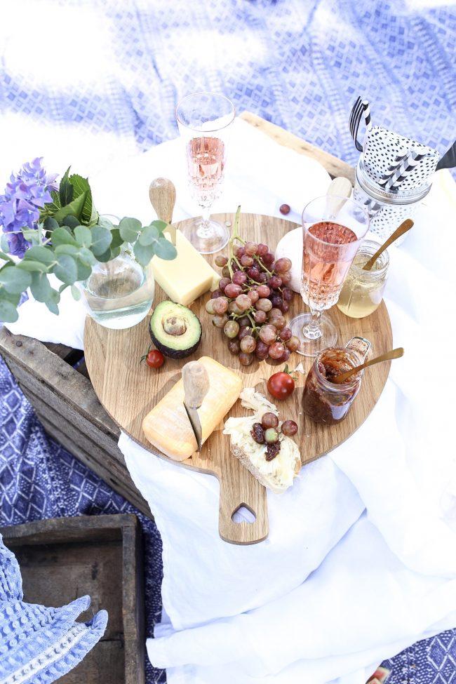 Käseplatte auf Picknickdecke dazu Crémant von der Loire