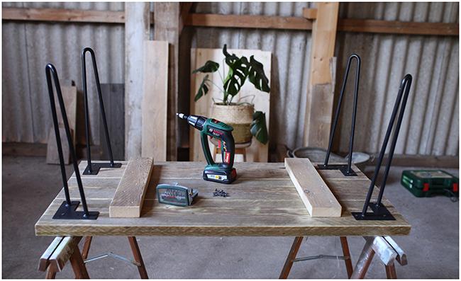 DIY Couchttisch aus Gerüstbohlen - Tischbeine anschrauben