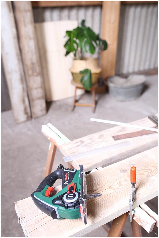 DIY Couchttisch aus Gerüstbohlen -Sägen
