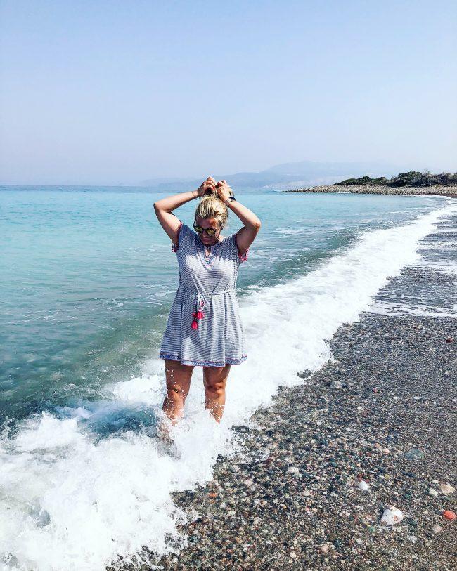 Rhodos hafenmaedchen am Meer