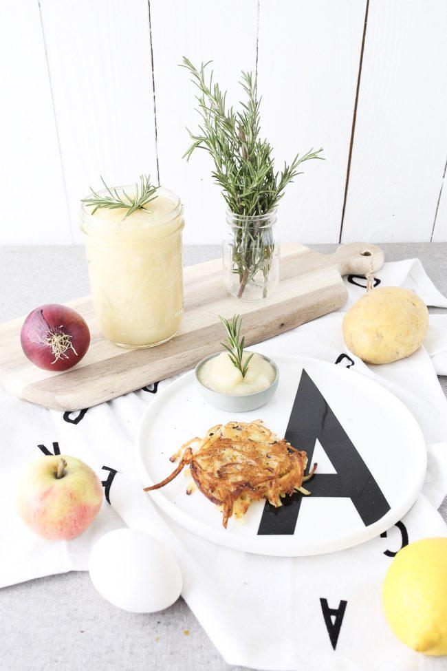 apfelmus selber machen mit rosmarin dazu kartoffelpuffer. Black Bedroom Furniture Sets. Home Design Ideas
