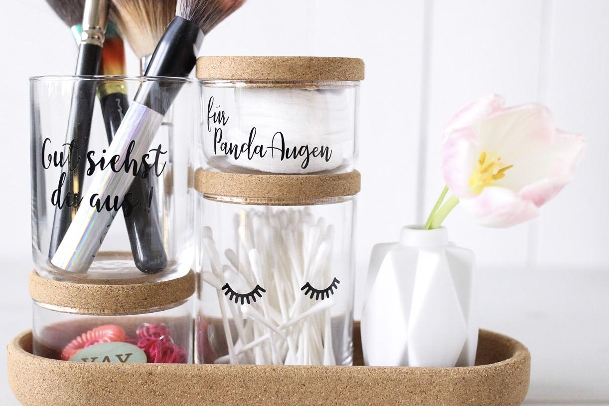 Badezimmer Utensilien in Gläsern mit Aufschrift erstellt mit dem Plotter