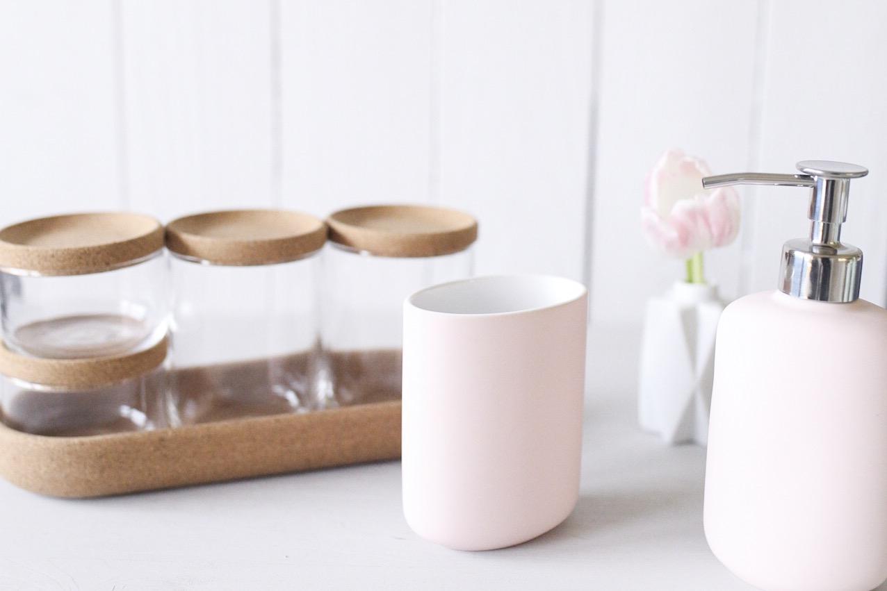Glas Behälter , Seifenspender und Zahnputzbecher in rosa