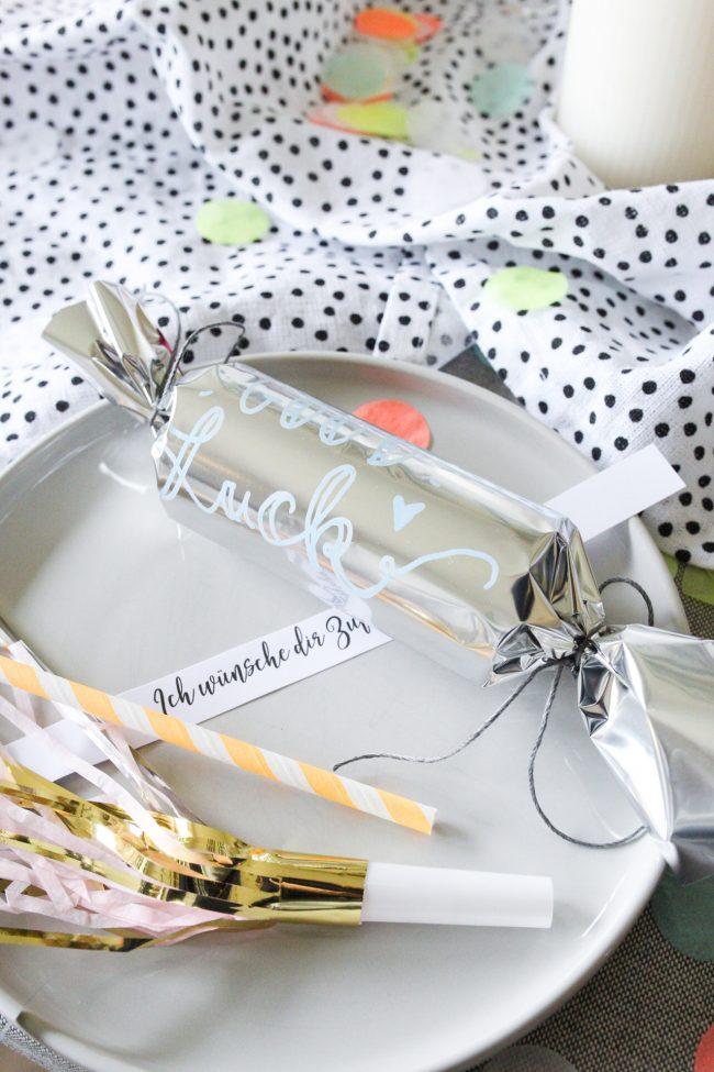 DIY Knallbonbons mit edding Glanzlackmarker- Tischdekoration Silvester