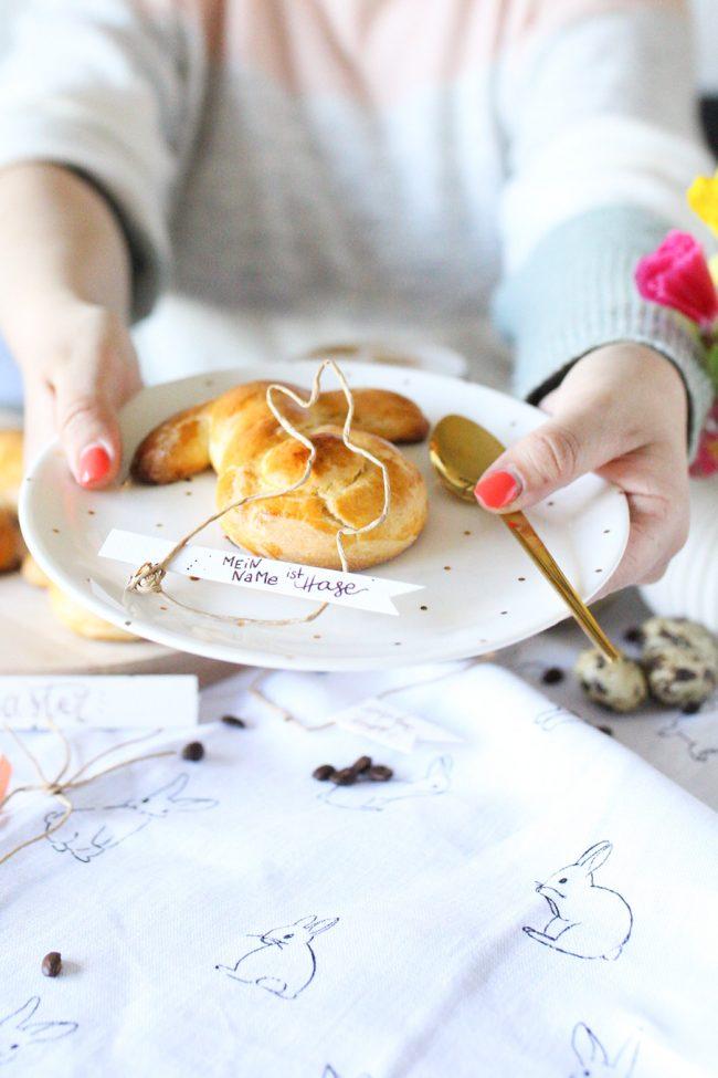 Tischdekoration Ostern DIY Osterhasen aus Papierdraht mit Lettering IDEE TINTE Kaffeetinte