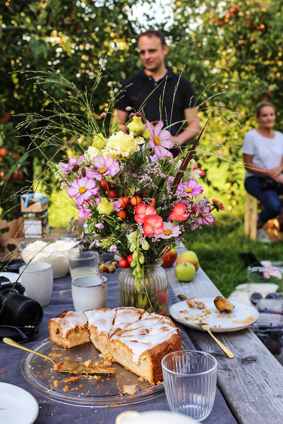 Blumenstrauß und Apfelkuchen
