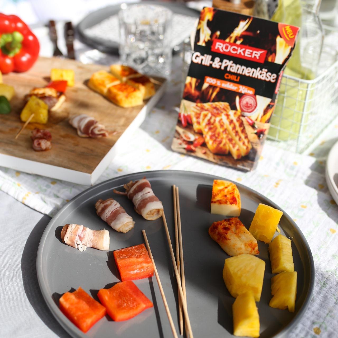 Grillrezept Zutaten: Grill- & Pfannenkäse in der Sorte Chili - Ananas - rote Paprika - Bacon - Holzspieße